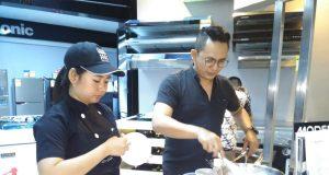 KOMPOR INDUKSI- Modena menggelar demo masak di Global Elektronik dengan kompor induksi yang lebih hemat listrik dan nyaman. FOTO : ANING KARINDRA/JATENG POS