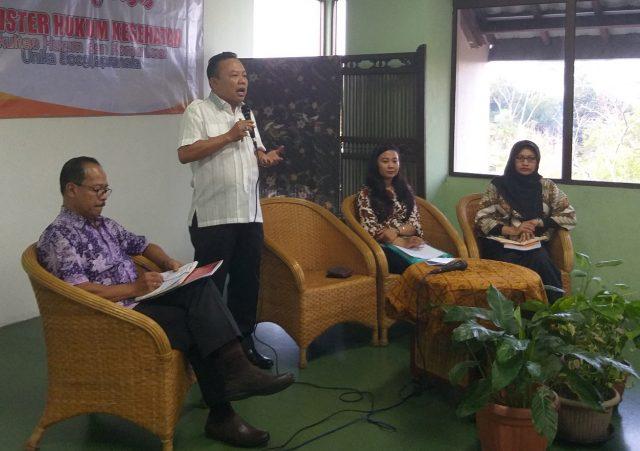 SEMINAR : Dr. Teguh Hadi Paryitno, tengah memberikan materi thesis terbaiknya dalam seminar Best Thesis Fakultas Hukum & Komunikasi Unika Soegijapranata Semarang. Foto : DWI SAMBODO/JATENG POS.