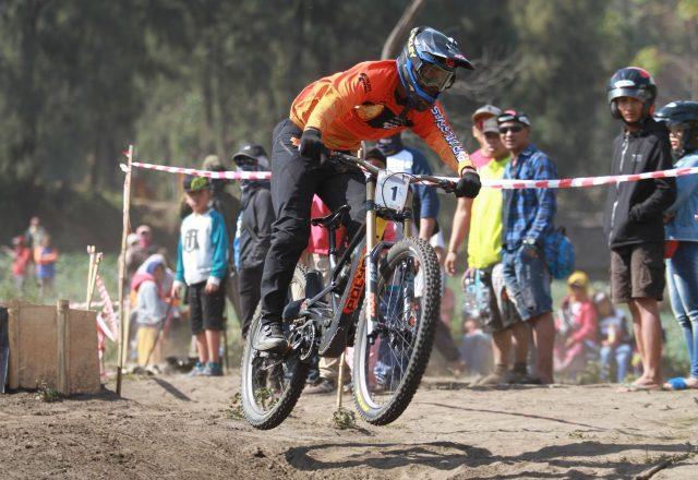 BERPACU: Abdul Hakil pembalap sepeda saat melintasi track seri ke-2 di Seruni Point Bromo Probolinggo, Jawa Timur.