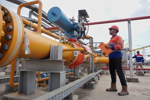 Petugas sedang melakukan pengecekan pipa gas PGN di kawasan Semarang Utara, Jawa Tengah. Pembangunan jaringan pipa gas transmisi 28 inci sepanjang 268 kilometer ini ditargetkan segera terealisasi.