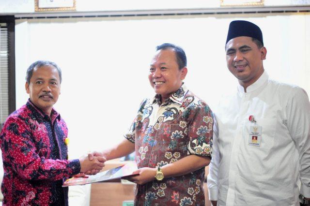 FOTO BERSAMA : Wakil Gubernur Jawa Tengah Taj Yasin Maimoen dan Dr Teguh Hadi Prayitno, MM MHum, MH tengah menerima SK sebagai Ketua Dewan dan Sekretaris Penasehat FIS Unnes.