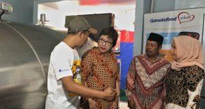 BANTUAN : Head of Factory Garudafood Felly Linawati (kedua kiri) bersama Kepala Koperasi Unit Desa (KUD) Getasan, Jawa Tengah, Bambang (kedua kanan), dan Kepala Desa Sumur Siti Prihatin (kanan), berbincang dengan salah satu peternak sapi perah lokal di sela acara penyerahan bantuan cooling tank susu segar, di Boyolali, Jawa Tengah, Kamis (17/10).