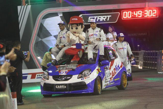 JUARA- CARfix Indonesia Team bersama Thropy Juara Auto Gymkhana seri 5 di PRPP Semarang, Sabty (5/10). FOTO : IST/ANING KARINDRA/JATENG POS