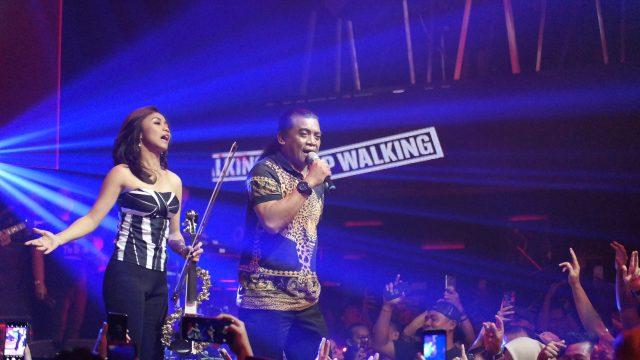 MAKSIMAL: Aksi dan performa Didi Kempot legendaris Campur Sari sukses hibur ratusan Sobat Ambyar di Baby Face Club & Karaoke Semarang.
