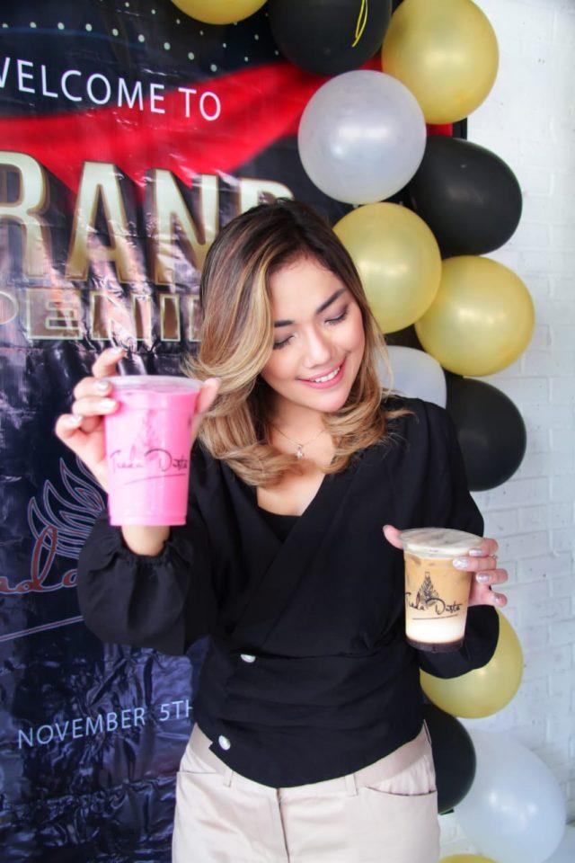 KOPI TIADA DUSTA: Icha Patricia pemilik Kedai Kopi Tiada Dusta menunjukan salah produk mix minuman kopi handalnya.
