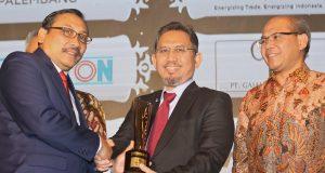 PENGHARGAAN : Kepala Badan Standardisasi Nasional (BSN) Bambang Prasetya (kiri) menyerahkan penghargaan pada direktur PT Garudafood Putra Putri Jaya Tbk Rudy Brigianto (tengah) di Jakarta beberapa waktu lalu.