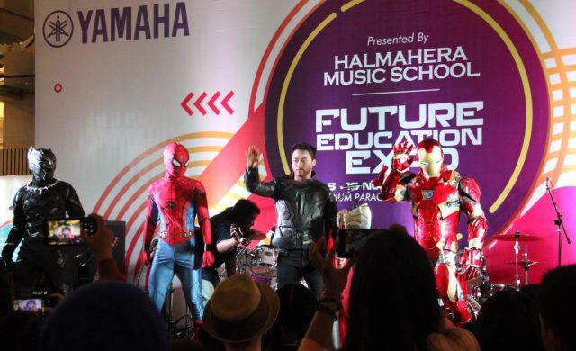 MENGHIBUR: Aksi Superhero Avanger menarik perhatian pengunjung Mal Paragon Semarang.