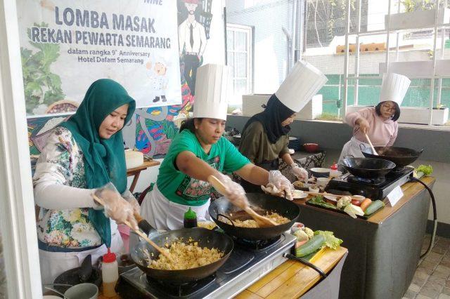 ANTUSIAS : Sebagain peserta terlihat bersemangat mengukuti lomba masak media, sebagai rangkain event HUT ke – 9 Hotel Dafam Semarang. Foto : DWI SAMBODO/JATENG POS.