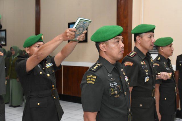 SUMPAH JABATAN : Pejabat baru Kepala Staf Korem ( Kasrem) dan beserta pejabat lama serta Dandim 0718/Pati yang baru saat diambil sumpah jabatannya.