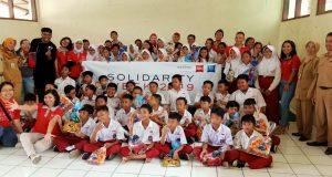 Kepala SDN Gajahmungkur 01 Kota Semarang Endang Suptiyanti, SPd bersama jajaran guru dan murid usai kegiatan bersama di sekolah