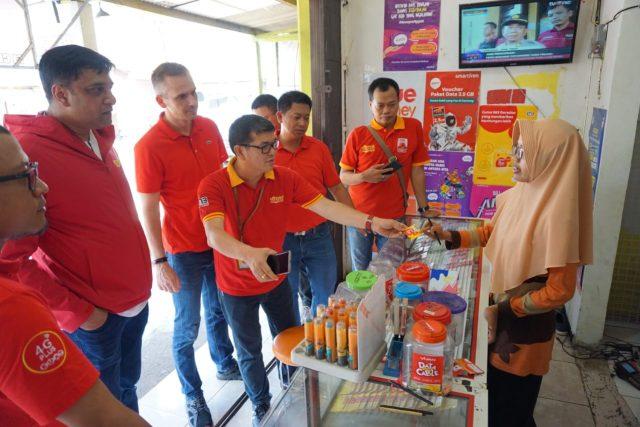 SAPA PELANGGAN- Vikram Sinha, Direktur & Chief Operating Officer Indosat Ooredoo, didampingi oleh Swandi Tjia, SVP-Head of Region Central & West Java, saat berbincang dengan Frontliner Outlet di Outlet Plen- Bi Semarang, Jumat (17/12020). FOTO : ANING KARINDRA/JATENG POS