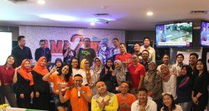 FOTO BERSAMA : Sebagian tamu undangan dari berbagai relasi foto bersama usai mengikuti puncak acara HUT ke - 2 HARRIS Hotel Sentraland Semarang. Foto : DWI SAMBODO/JATENG POS