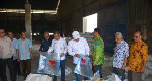 CEK MILLING : Bupati Demak HM Natsir saat melakukan pengecekan rice milling di Mranak Kabupaten Demak dalam rangka mempertahankan swasembada pangan.