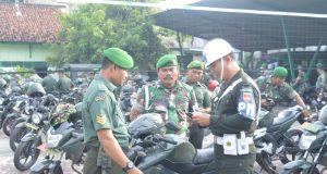 PERIKSA ANGGOTA : Anggota Sub Denpom Pati saat memeriksa kelengkapan sepeda motor anggota Kodim 0716 Demak yang melintas.